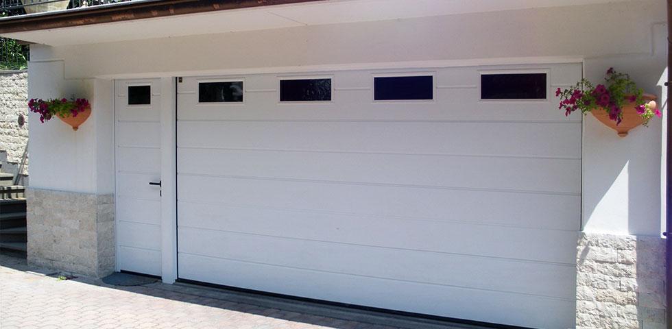 Portoni sezionali con porta pedonale laterale for Casa con garage laterale